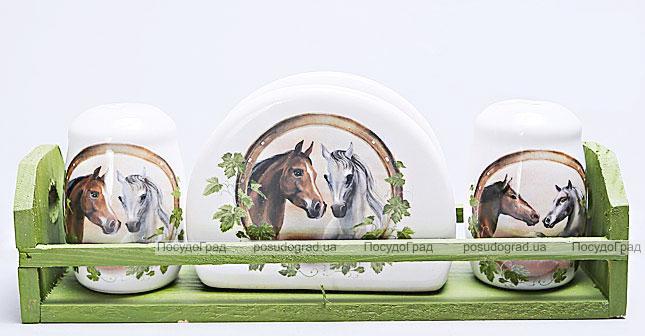 """Набор для специй """"Две Лошади"""" два спецовника и салфетница на деревянной подставке"""
